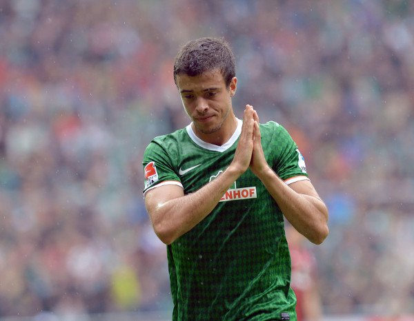 Werder Bremen 0-3 Eintracht Frankfurt<br>New arrival Franco di Santo looks apologetic after being sent off for kicking Frankfurt's Bastian Oczipka in the face.Photo: DPA