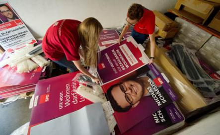 100,000 election posters were lost in the rain<br>The SPD and Greens were forced to replace around 100,000 environmentally-friendly election posters after they washed off in the rain. The Greens' posters were promised to last 50 days, but were already falling off their walls and lampposts by late August. The party is reportedly considering a return to the original, less eco-friendly wooden board design.Photo: DPA