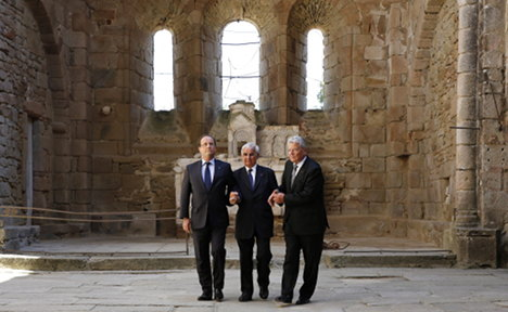 Leaders join hands at Nazi massacre site