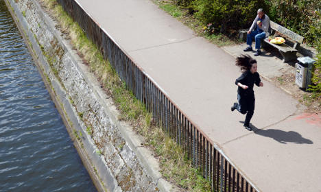 Berliner yanks American from water with scarf