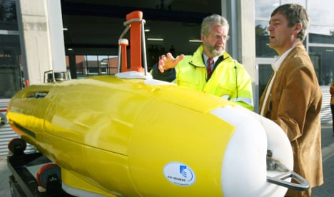 Submarine prepares to join hunt for flight MH370
