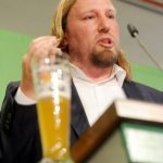 Anton Hofreiter, chairman of the Greens' parliamentary fraction, also apparently needed on-hand refreshment for his speech at the environmentalist party's rally in Bavaria.Photo: DPA