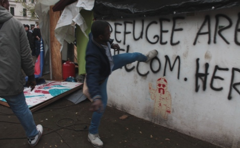 Clashes in Berlin as refugees tear down camp
