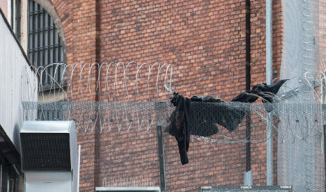 Two men escape from prison using a blanket