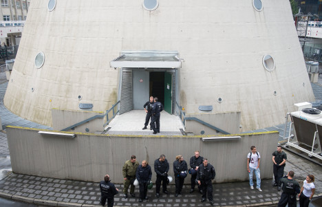 Police drag refugees from Berlin TV tower