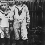Helmut Schmidt (r) seen in 1928, aged 10, with school classmates in sailor suits.Photo: DPA
