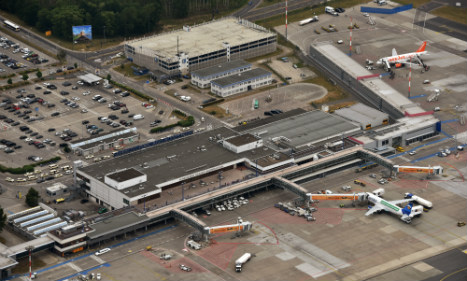 Mast collapses onto plane at Berlin airport
