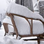 Lunch outside was not an option on Friday, as snow in Willingen piled on top of restaurant chairs.Photo: DPA