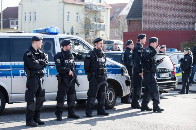 Police storm Duisburg bank, as robbers steal huge pile of cash