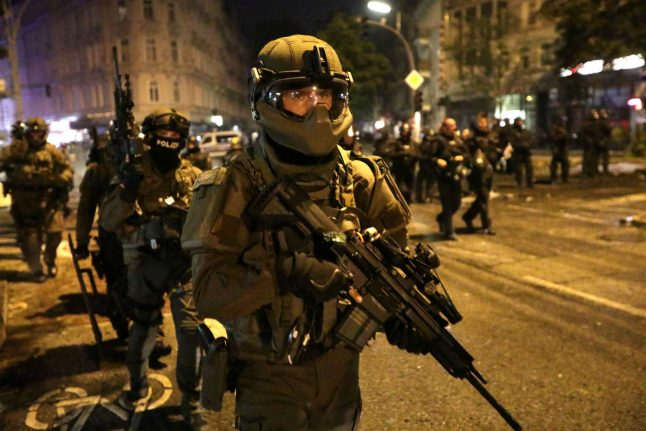 Special forces deployed, as rioters plunder shops in left-wing Hamburg neighbourhood