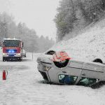 The cold weather brought with it traffic problems and collisions. Two people were injured in Oberpfalz, after their car skidded off the road.Photo: Photo: DPA