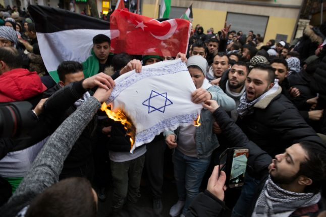 Burning of Israeli flags at Berlin demo 'disgraceful', says interior minister
