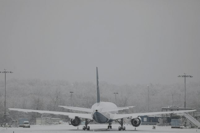 Snow and ice cause travel chaos, grounding flights at Cologne's airport