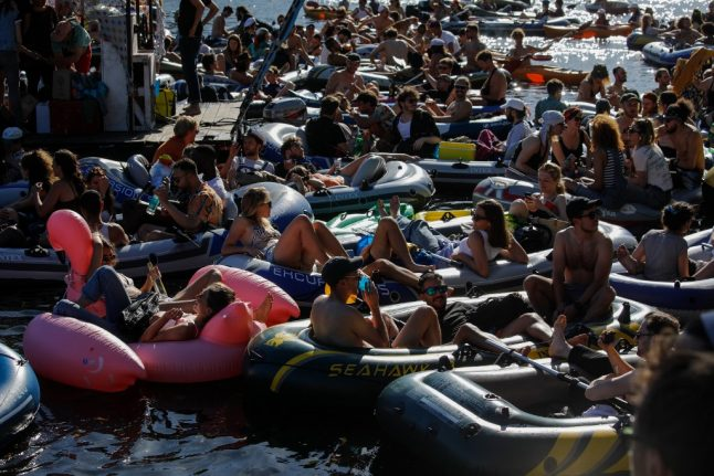IN PICTURES: Berlin boat demo turns into rave with little social distancing