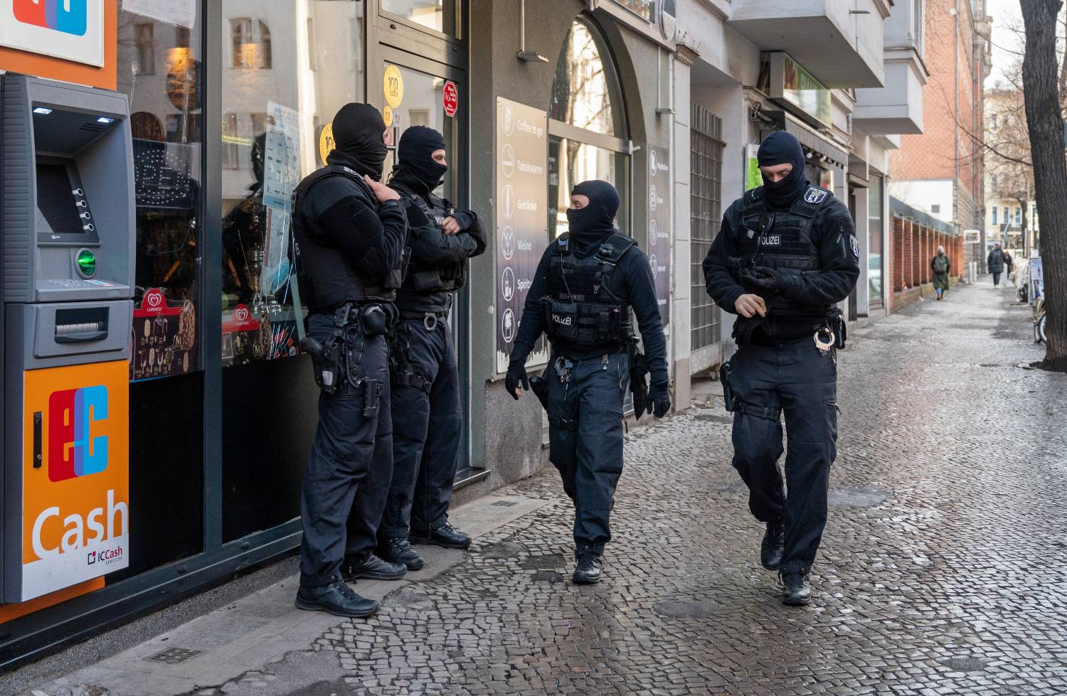 Hundreds of Berlin police carry out raids and arrests on criminal gangs