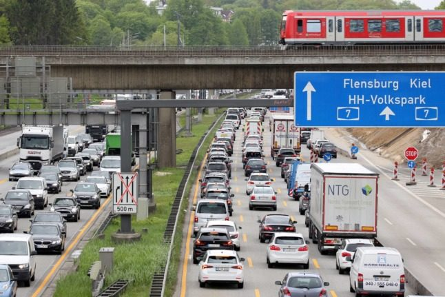 Commuting: How many people in Germany travel to another federal state for work?