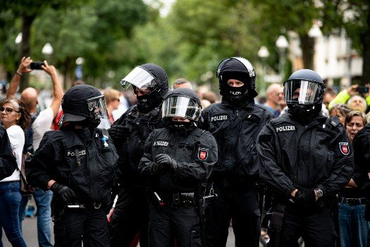 More than 600 people detained in Berlin as Covid sceptics defy protest ban