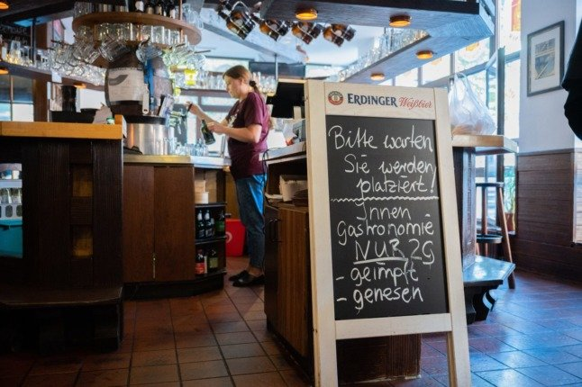 A bar/restaurant in Braunschweig says entry to indoor dining is only for vaccinated or recovered people (2G).