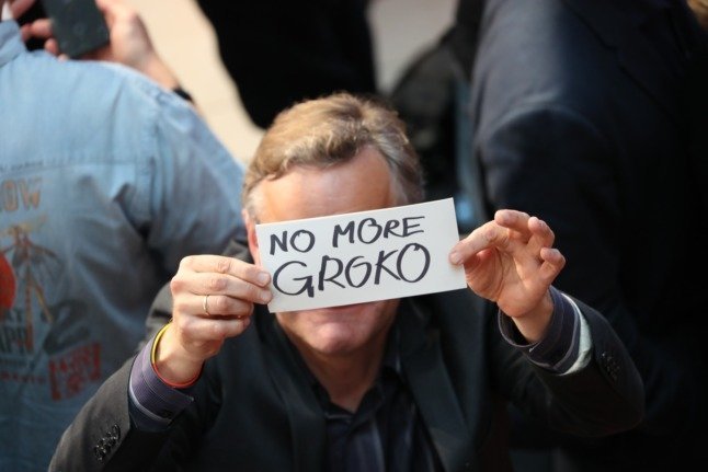 A guest at the SPD election party in 2017 holds up a 'no more GroKo' sign.